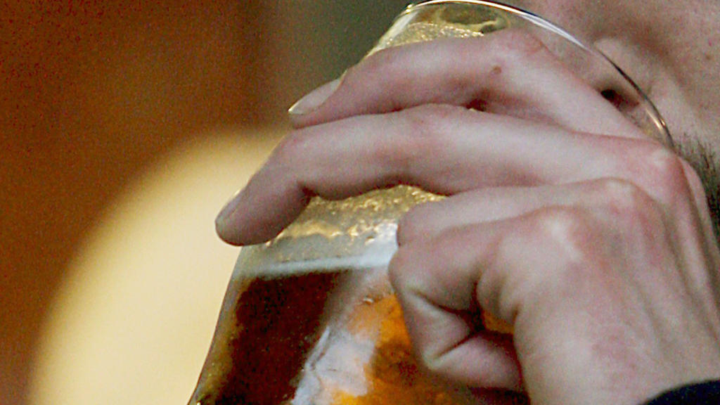A customer drinks a pint at a pub in London, Britain, 10 November 2008. Pub happy hours should be banned and supermarkets stopped from selling alcohol at a loss in order to combat drink-fuelled public disorder, Britsh MPs have have said. The Home Aff