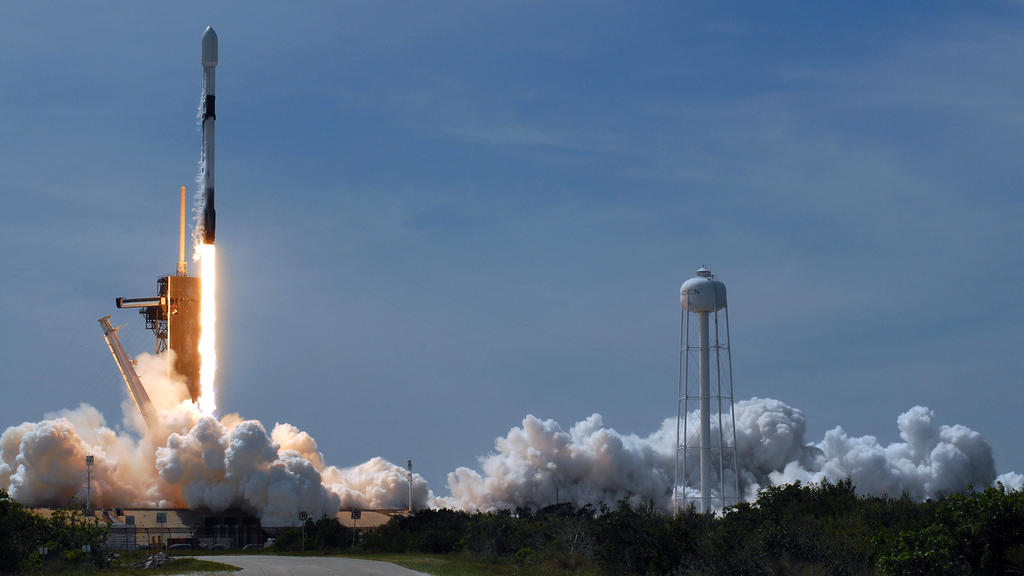 April 22, 2020, Kennedy Space Center, Florida, United States: A SpaceX Falcon 9 rocket carrying the seventh batch of 60 Starlink satellites successfully launches from pad 39A at the Kennedy Space Center in Florida. The satellites are part of a plann