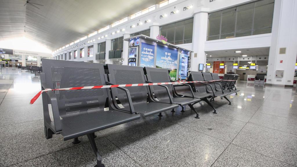 23.04.2020, Spanien, Malaga: Verriegelte Sitzbank am Flughafen während der Corona-Krise. Die Tourismusbranche wurde von den Ausgangsbeschränkungen gegen die Ausbreitung des Virus hart getroffen. Die Übernachtungen in spanischen Hotels und Pensionen s