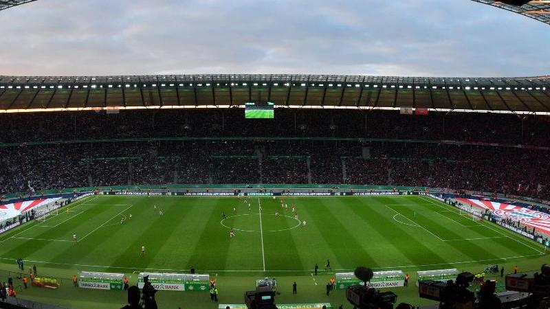Blick von der Tribüne auf das Spielfeld im Berliner Olympiastadion. Foto: Hendrik Schmidt/dpa/Archivbild