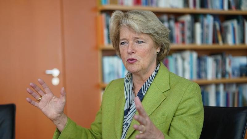 Monika Grütters (CDU), Kulturstaatsministerin, sitzt in ihrem Büro an einem Tisch. Foto: Jörg Carstensen/dpa/Archivbild