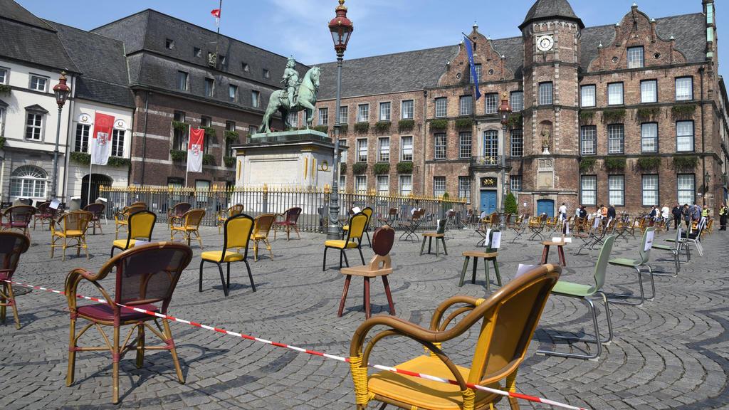 Protest der Restaurant und Kneipenbesitzer vor dem Düsseldorfer Rathaus 24.04.2020. Die leeren Stühle stehen jew. für eine geschlossenen Gaststätte. *** Protest of the restaurant and pub owners in front of the Düsseldorf City Hall 24 04 04 2020 The e