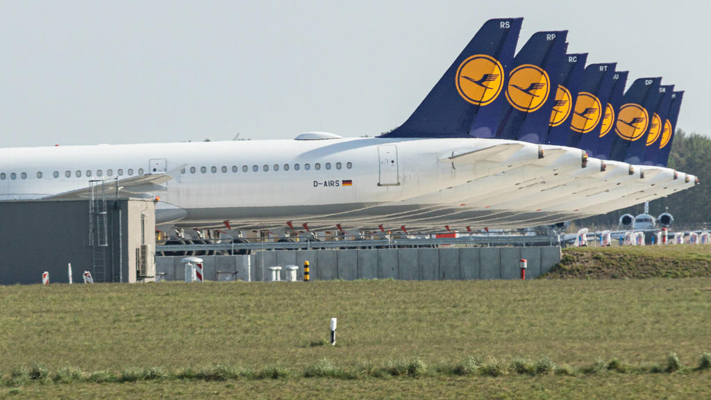 Lufthansa parkt Flugzeuge am BER Flughafen, Durch den Coronavirus ist weltweit die Nachfrage nach Flügen stark gesunken, immer mehr Flüge werden gestrichen. Lufthansa-Maschinen mit dem Kranich-Logo stehen am BER-Flughafen. Die Turbinen und Reifen si