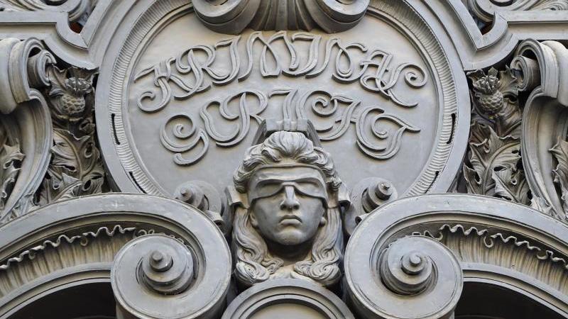 Das Konterfei der Justitia am Eingang des Gerichtsgebäudes an der Berliner Turmstraße. Foto: Britta Pedersen/dpa-Zentralbild/dpa/Archivbild/Archivbild