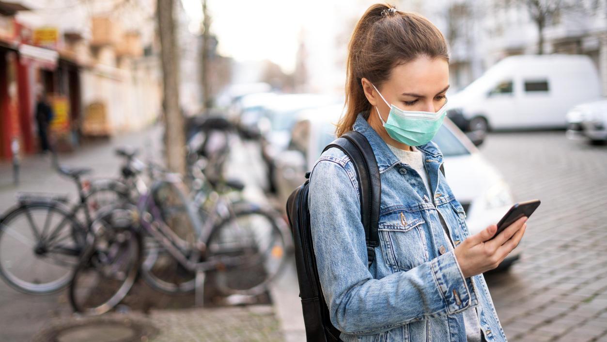Wer sein Smartphone trotz Maske per Gesichtserkennung entsperren will, kann auf ein paar Tricks zurückgreifen.