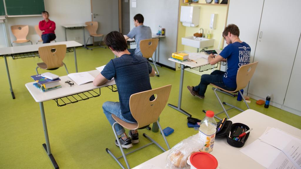 Schüler des Gymnasium Dresden-Klotzsche sitzen während der schriftlichen Abiturprüfung im Fach Physik in einem Klassenzimmer. Nach einer mehrwöchigen Corona-Zwangspause sind die Abschlussklassen wieder an den Schulen für
