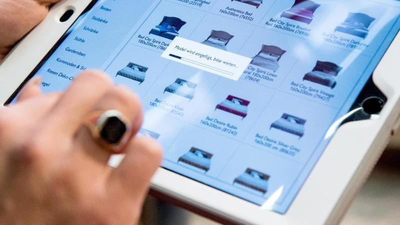 Fürs Online-Shopping muss man nicht raus in einen vollen Laden. Selbst Betten gibt es online zum Kauf. Foto: Franziska Gabbert/dpa-tmn