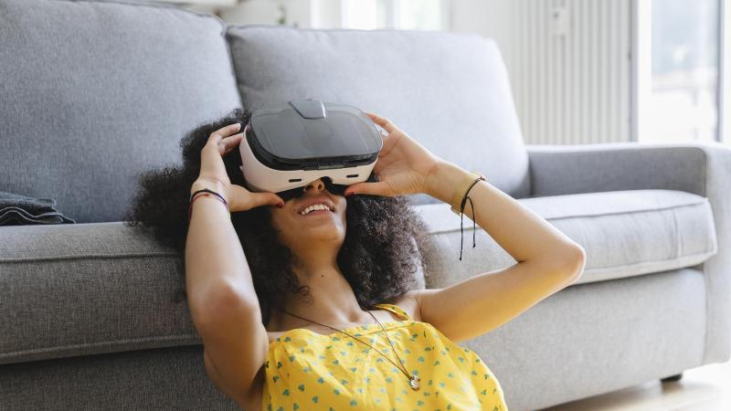 Brille auf und hinaus in die Welt: Viele Urlaubsziele lassen sich virtuell entdecken. Foto: Michela Ravasio/Westend61/dpa-tmn