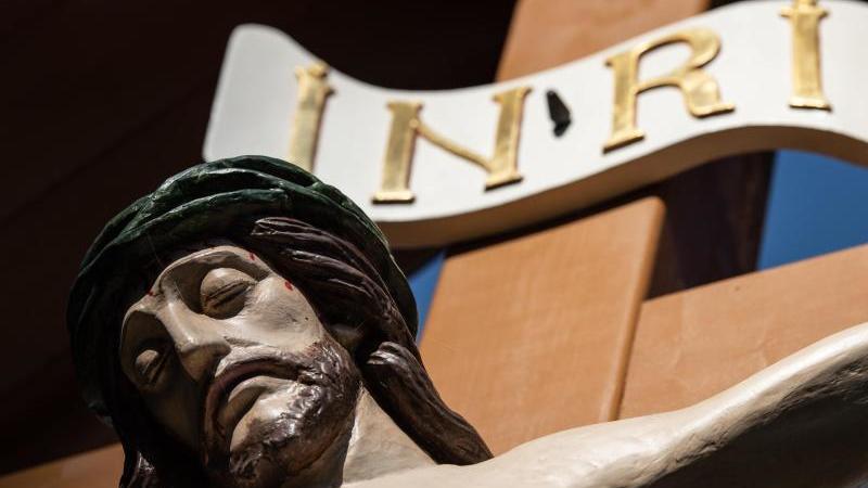"""Eine Jesusfigur mit dem Schriftzug """"INRI"""" an der St.-Aegidien-Kirche in Heiligenstadt."""