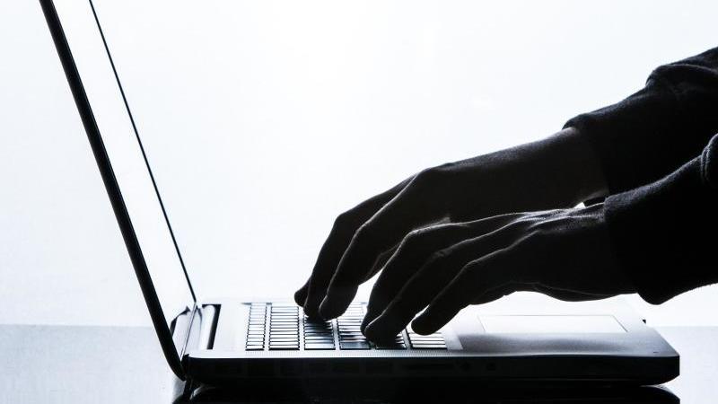 Ein Mann tippt auf der Tastatur eines Laptops. Foto: Silas Stein/dpa/Archivbild