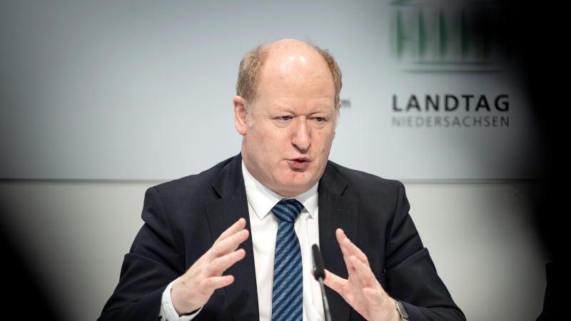 Reinhold Hilbers, Finanzminister von Niedersachsen, spricht bei einer Pressekonferenz. Foto: Sina Schuldt/dpa/Archivbild
