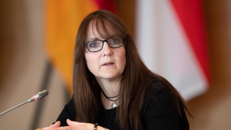 Katrin Lange (SPD), Finanzministerin von Brandenburg, gibt ein Statement. Foto: Soeren Stache/dpa-Zentralbild/ZB/Archivibild