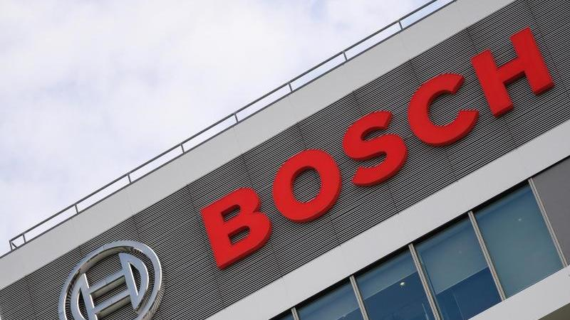 Das Bosch-Logo auf dem Forschungscampus. Foto: Sebastian Gollnow/dpa/Archivbild