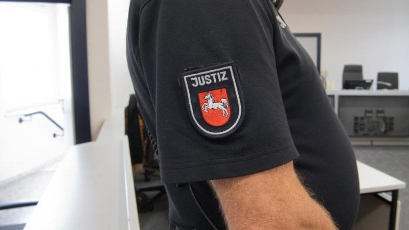 Ein Justizbeamter steht in einem Saal des Amtsgerichts. Foto: Julian Stratenschulte/dpa