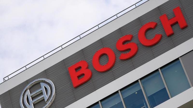 Das Bosch-Logo auf dem Forschungscampus. Foto: Sebastian Gollnow/dpa
