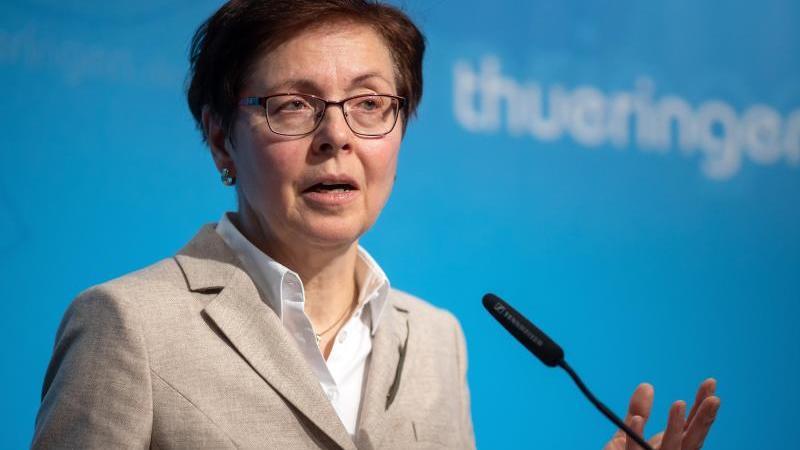 Heike Taubert (SPD) steht vor einemMikrofon. Foto: Michael Reichel/dpa/Archivbild
