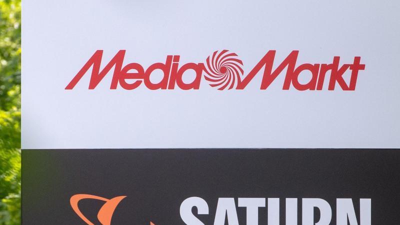 Ein Schild mit den Schriftzügen von Media Markt und Saturn, aufgenommen vor der Firmenzentrale der Media-Saturn-Gruppe. Der Elektronikhändler Ceconomy ist die Muttergesellschaft von Media Markt und Saturn. Foto: Armin Weigel/dpa/Archivbild