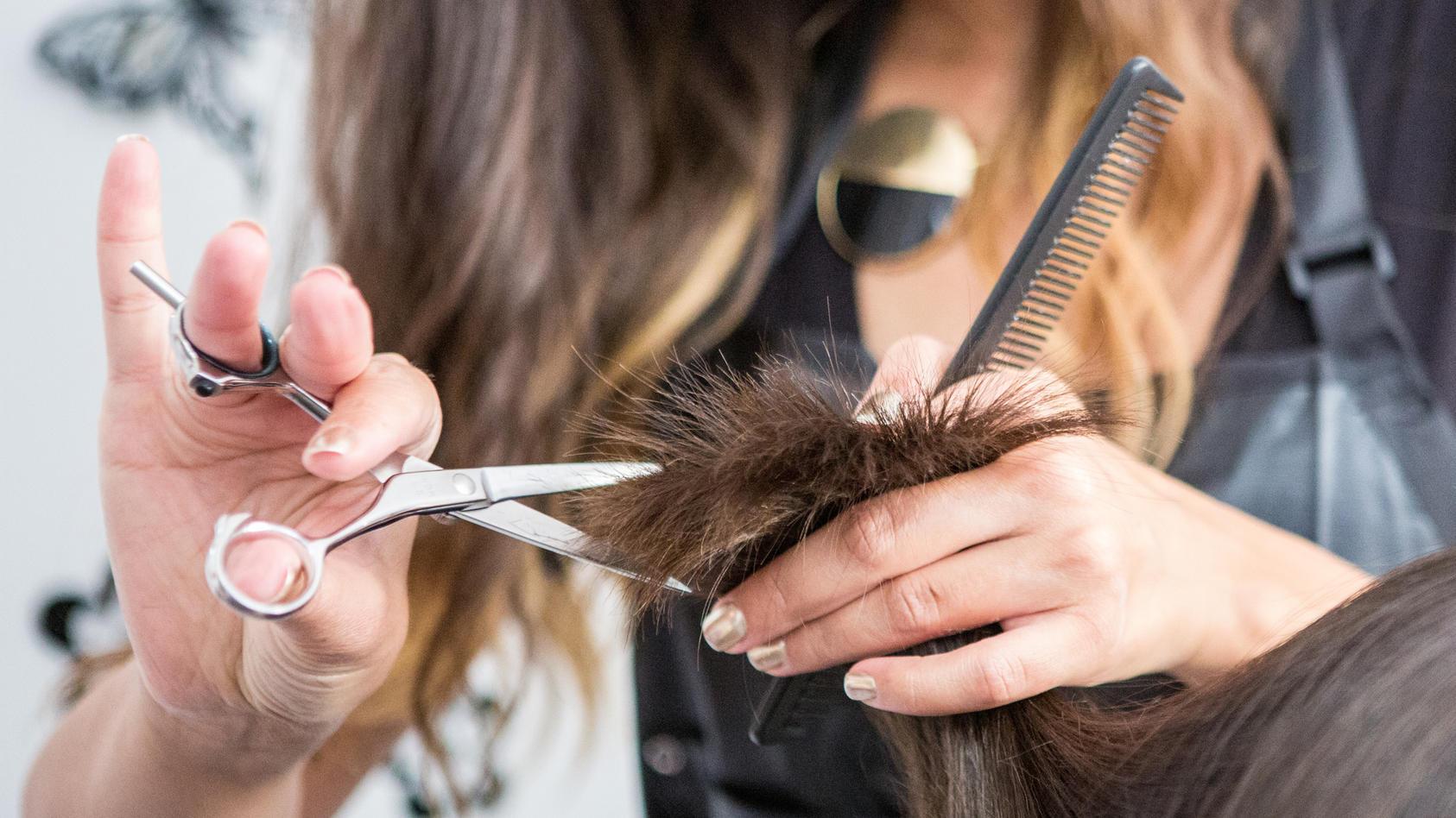 Ein Haarschnitt kann in Corona-Zeiten wegen der Hygienemaßnahmen teuer werden