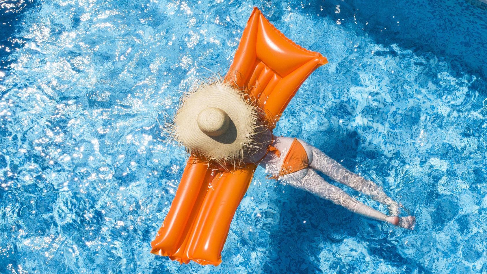 Bei Hitze sehnen sich viele nach einer Abkühlung im Pool.