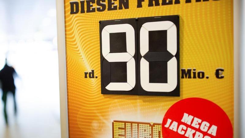 Eine Werbetafel weist auf den Eurojackpot hin. Foto: Martin Gerten/dpa/Archivbild