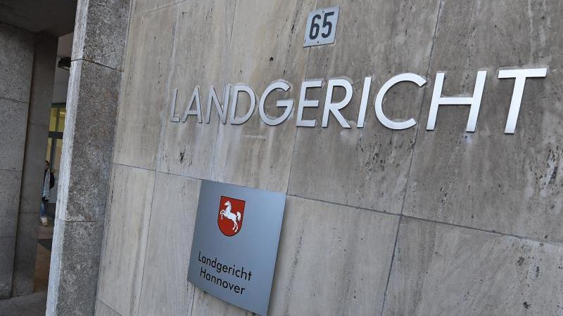 Der Eingang des LandgerichtsHannover. Foto: picture alliance / Holger Hollemann/dpa/Archivbild