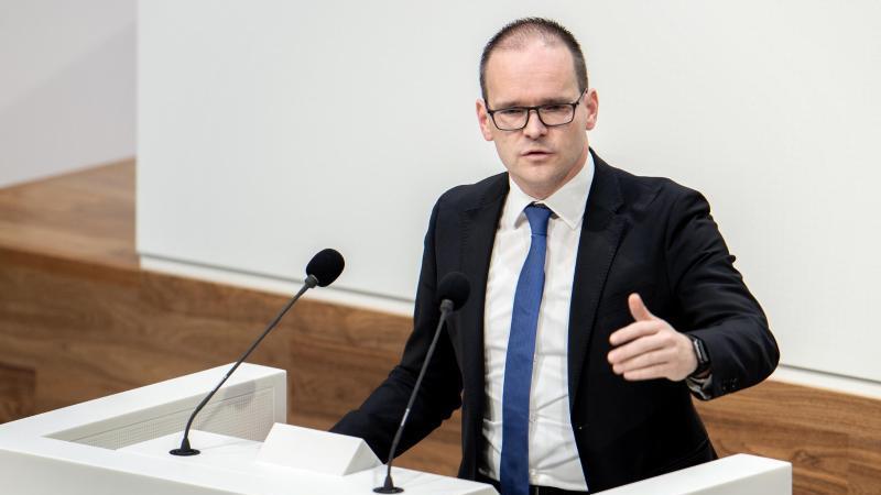 Grant Hendrik Tonne (SPD), Kultusminister in Niedersachsen, spricht im Landtag. Foto: Hauke-Christian Dittrich/dpa/Archivbild