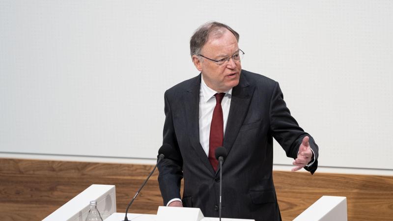Stephan Weil, Ministerpräsident von Niedersachsen (SPD), gibt eine Regierungserklärung. Foto: Peter Steffen/dpa/Archivbild