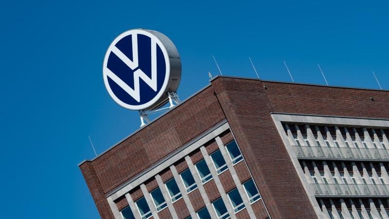 Das Logo von Volkswagen ist auf dem Dach des Markenhochhauses auf dem Werksgelände zu sehen. Foto: Swen Pförtner/dpa/Archivbild