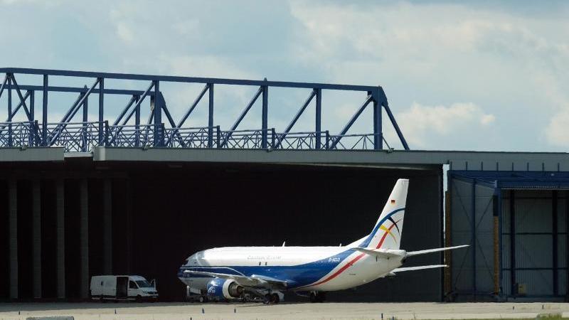 Ein Flugzeug steht am Flughafen Leipzig-Halle. . Foto: Sebastian Willnow/dpa-Zentralbild/dpa/Archivbild