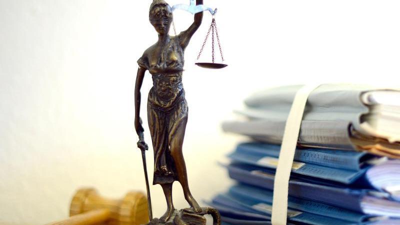 Ein Modell der Justitia steht auf einem Tisch. Foto: Volker Hartmann/dpa/Symbolbild