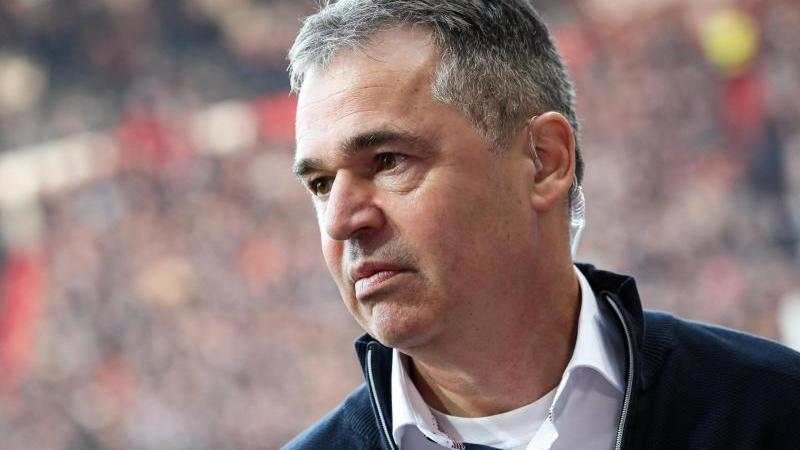 St. Paulis Sportdirektor Andreas Rettig gibt vor dem Spiel ein Interview. Foto: Christian Charisius/dpa