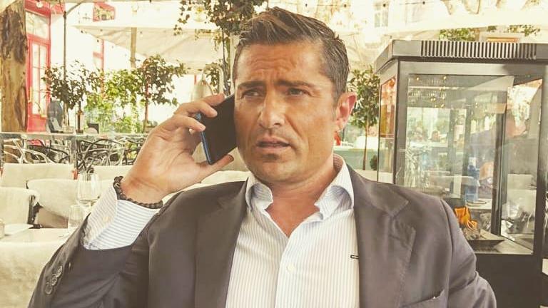 Bei dem spanischen TV-Moderator Alfonso Merlos ist während eines Video-Interviews eine halbnackte Frau durchs Bild gelaufen - die nicht seine Freundin war.