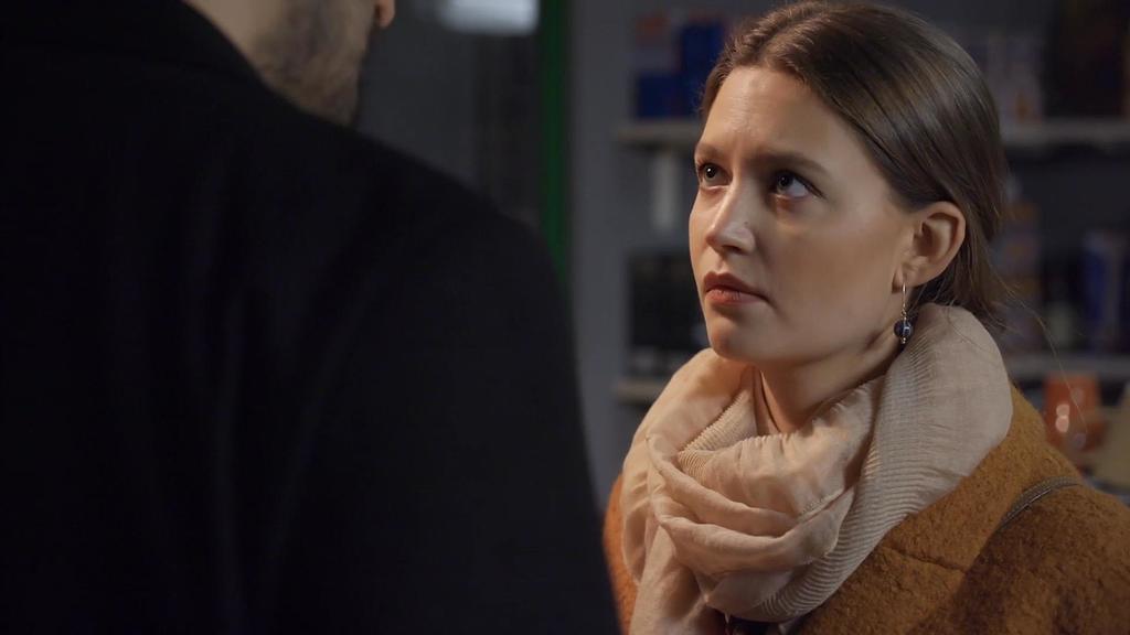AWZ: Nathalie schaut Maximilian an.