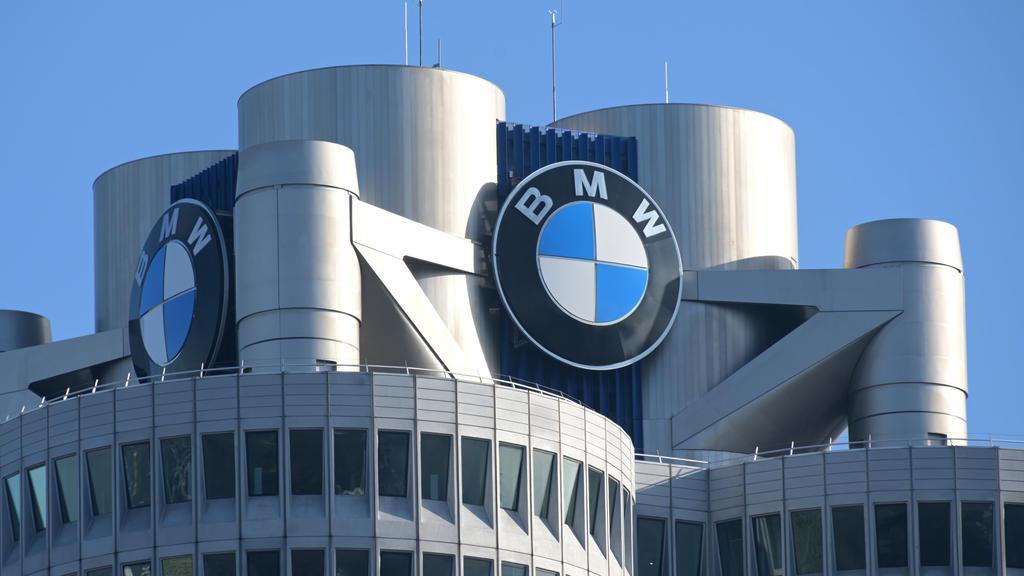 """ARCHIV - 20.03.2019, Bayern, München: Das BMW-Logo auf dem Firmensitz des Automobilherstellers BMW vor Beginn der Bilanz-Pressekonferenz. (zu dpa: """"BMW will Stellen streichen - Ausblick für Kernsparte gesenkt"""") Foto: Tobias Hase/dpa +++ dpa-Bildfunk"""