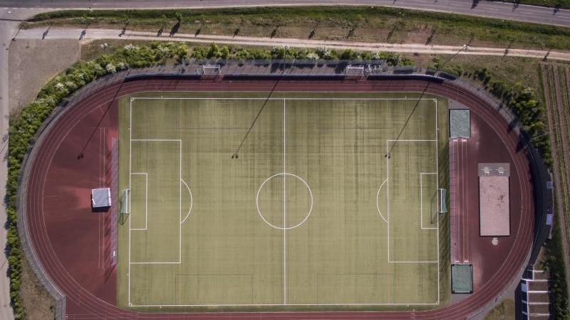 Blick auf eine leere Sportanlage im Freien. Foto: Boris Roessler/dpa/Archivbild