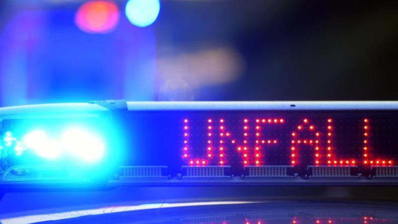 EinPolizeifahrzeug steht vor einer Unfallstelle. Foto: picture alliance / Stefan Puchner/dpa/Symbolbild