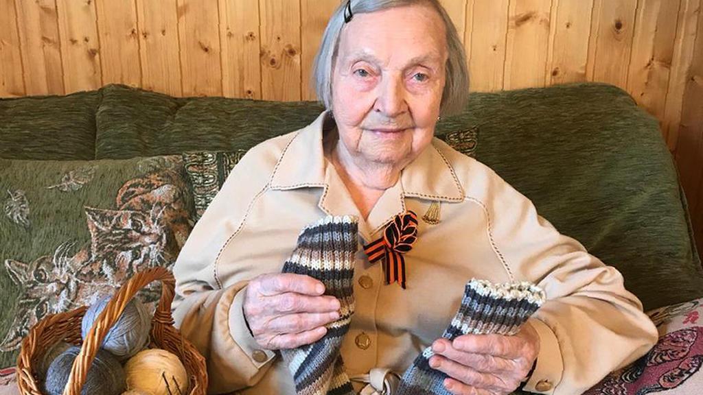 Die russische Veteranin Zinaida Korneva (97) hat Socken für  Colonel  Tom Moore gestrickt.
