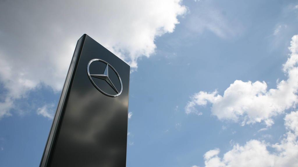 Das Logo von Mercedes Benz 04.04.2020 *** The logo of Mercedes Benz 04 04 2020