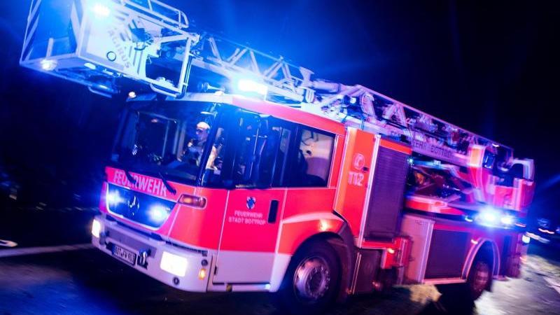 Ein Drehleiterwagen der Feuerwehr mit Blaulicht. Foto: Marcel Kusch/dpa/Symbolbild