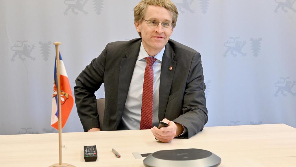 30.04.2020, Schleswig-Holstein, Kiel: Daniel Günther (CDU), Ministerpräsident von Schleswig-Holstein, sitzt in dem Raum von dem aus er an Videokonferenzen teilnimmt. Am Nachmittag wird er hier mit der Kanzlerin und den Länderchefs zum Thema Corona sp