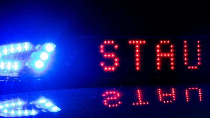 """Das Blaulicht auf einem Fahrzeug der Polizei leuchtet mit derAnzeige """"Stau"""". Foto: Monika Skolimowska/zb/dpa/Illustration"""