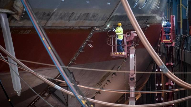 In der Meyer-Werft wird an einem Kreuzfahrtschiff gearbeitet. Foto: Sina Schuldt/dpa/Archivbild