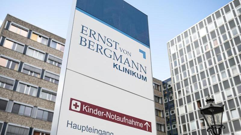 Der Eingansbereich des Ernst von Bergmann-Klinikums. Foto: Fabian Sommer/dpa/Archivbild