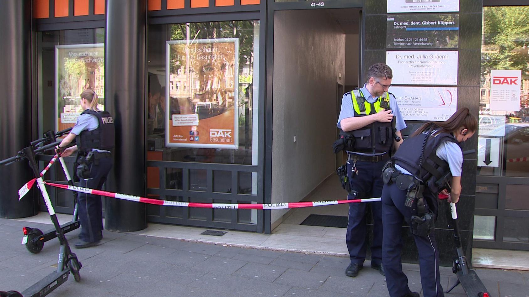 Schüsse in Kölner Arztpraxis: Am Neumarkt soll eine Frau mit einer Schreckschusspistole um sich geschossen haben.