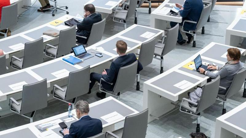 Mit Sichereitsabstand sitzen die Abgeordneten im Plenarsaal im Landtag. Foto: Peter Steffen/dpa/Archivbild