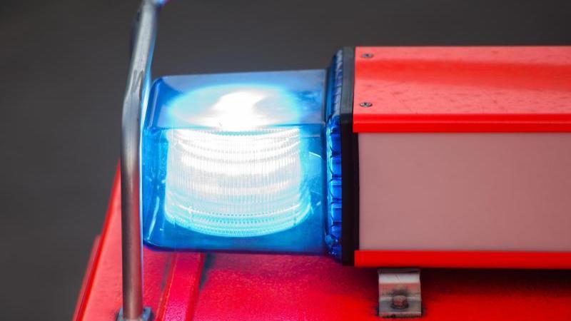 Ein Löschfahrzeug der Feuerwehr steht mit eingeschaltetem Blaulicht. Foto: picture alliance / dpa / Symbolbild
