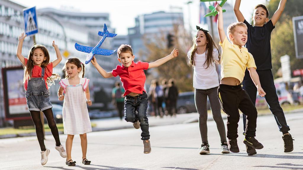 Endlich dürfen Kinder wieder auf der Straße spielen
