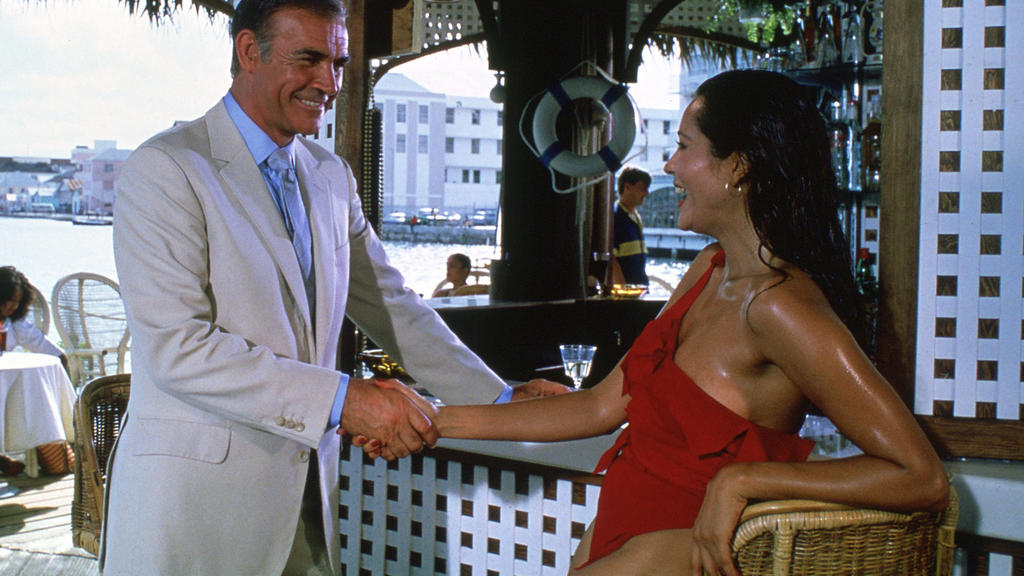 "Sean Connery und Barbara Carrera in ""Sag niemals nie"""
