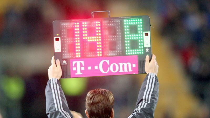 Vorübergehend werden im Fußball fünf Auswechslungen pro Spiel erlaubt. Foto: Franz-Peter Tschauner/dpa