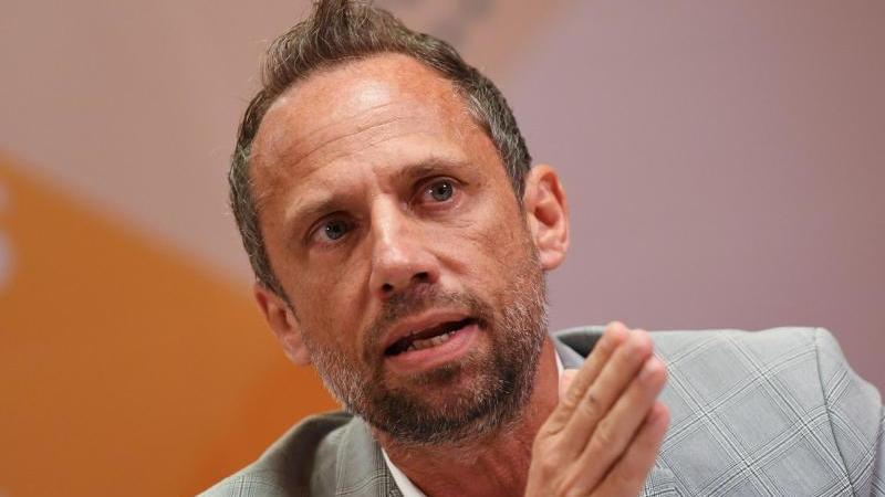 Der bayerische Verbraucherschutzminister Thorsten Glauber (Freie Wähler) spricht auf einer PK. Foto: Angelika Warmuth/dpa